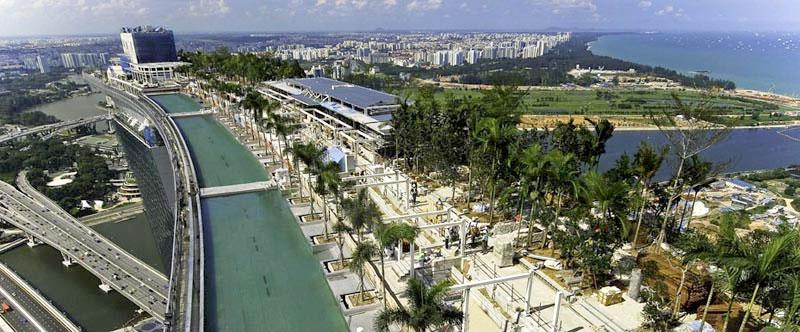 Schwimmen über den Dächern Singapurs